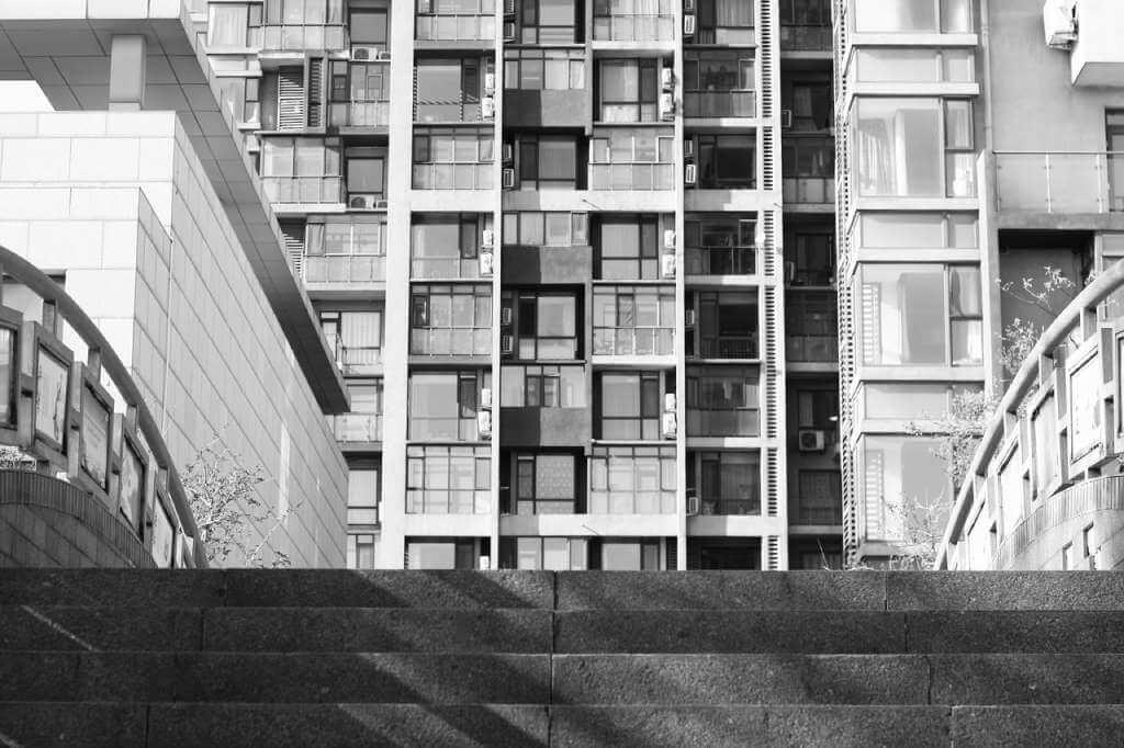 На фото изображено многоквартирное здание.
