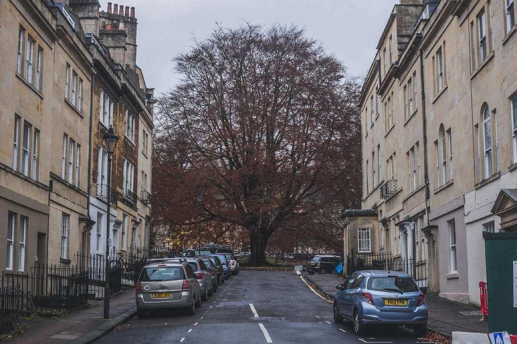 На фото улица с многоэтажными домами.