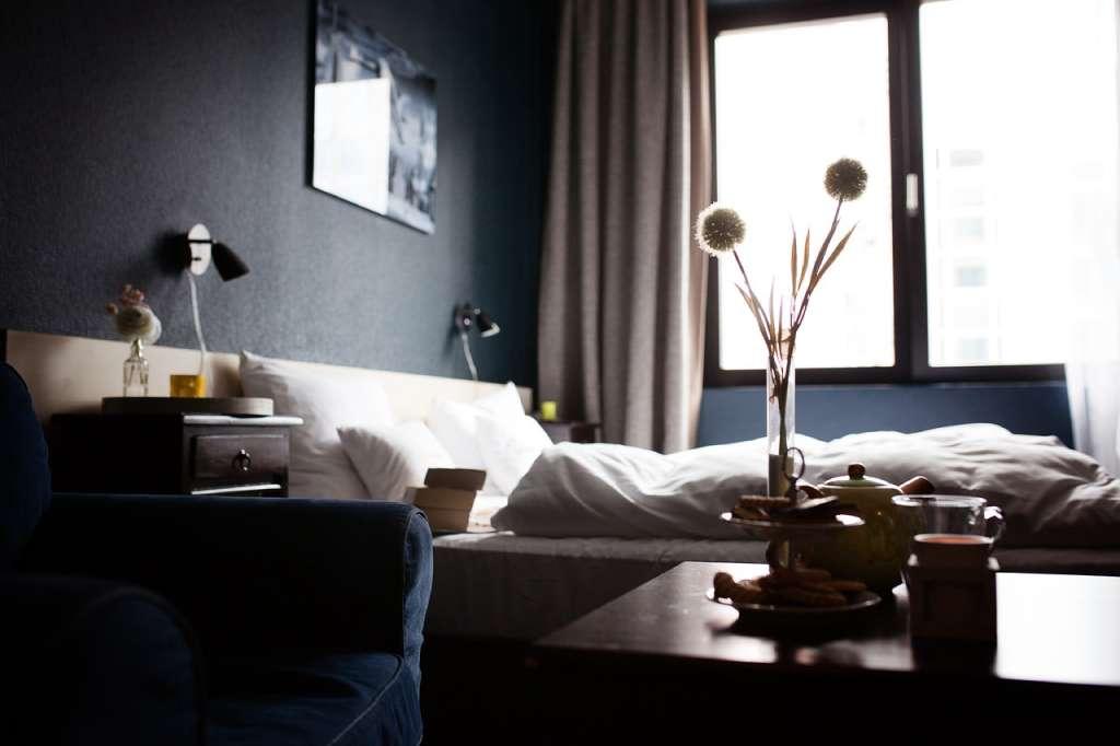 На фото изображена комната в гостинице.