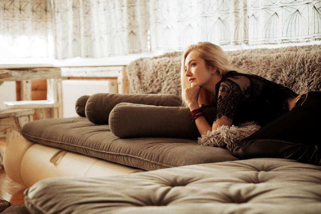 На фото девушка отдыхает в гостинице.