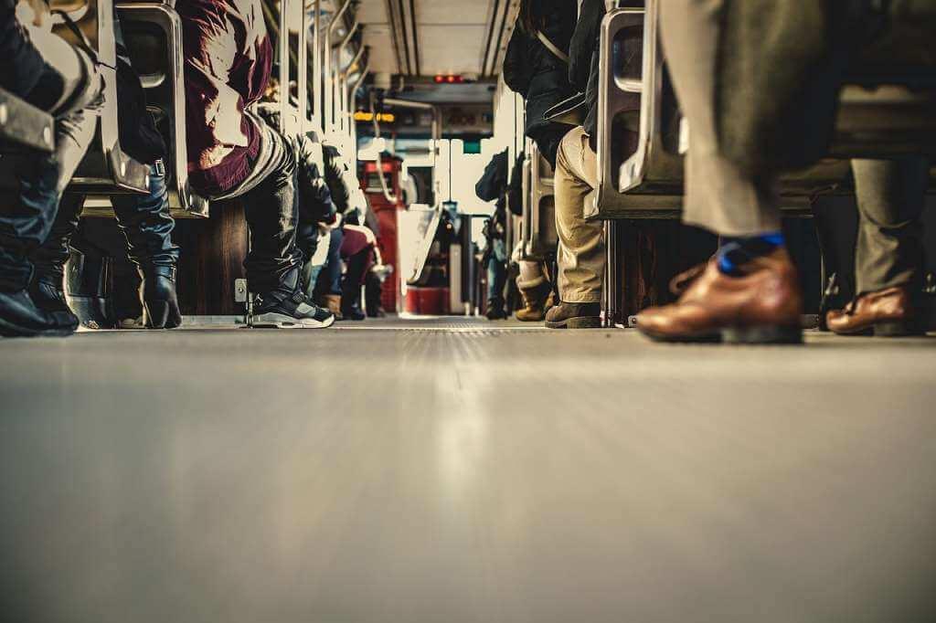 На фото изображены пассажиры в автобусе.