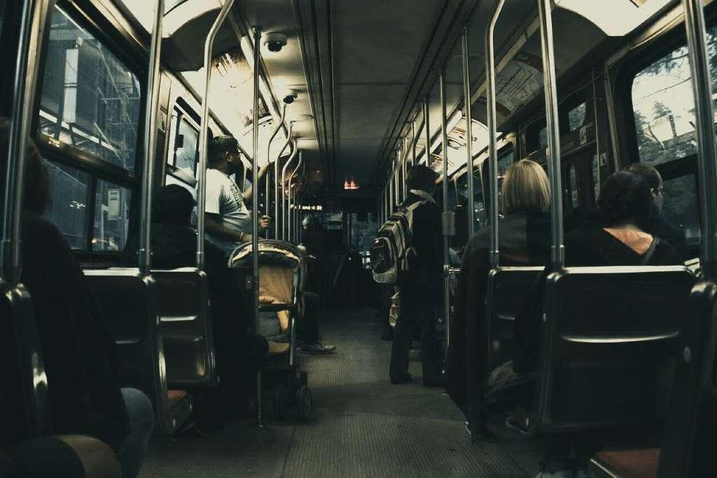 На фото пассажиры.