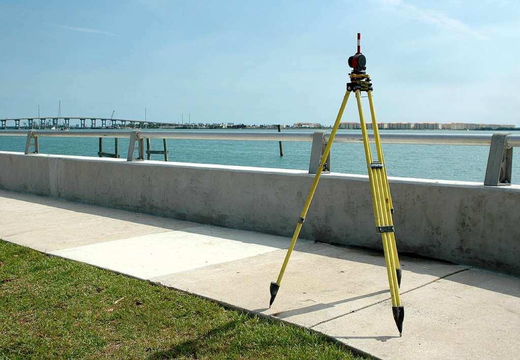 На фото изображено оборудования для выполнения кадастровых работ.