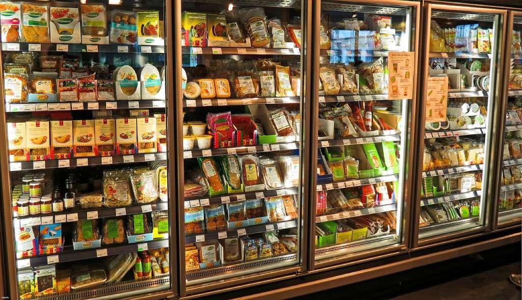 На фото изображен холодильник с продуктами в супермаркете.